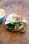Burgerbun mit Spiegelei, Speck, Kresse und Mayonnaise