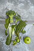 Grünes Gemüse und Apfel