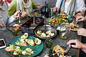 Gedeckter Tisch voller Speisen