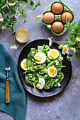 Frühlingshafter Spinatsalat mit Sellerie, Erbsen und Eierdressing