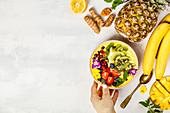 Smoothie Bowl mit Ananas, Mango, Banane und Kurkuma (Superfood)