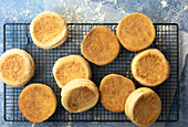 English Muffins auf Abkühlgitter (Aufsicht)