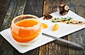 Zweischichtiges Orangen Panna Cotta serviert im Glas mit Zuckerrand