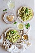 Pasta mit Pesto und Spargel serviert mit Parmesan, Pinienkernen