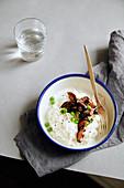 Bowl mit Jasminreis, Shiitakepilzen und Erbsen (Comfort Food)