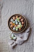Braune und blaue Eier in einem Korb