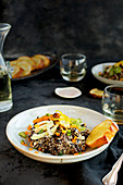 Wildreis mit Gemüse und Blumenkohl-Zitrus-Pesto dazu Brot und Wein