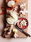 Zutaten für Tajine (Knoblauch, Ingwer, Zwiebeln)