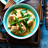 Red Thai curry with chicken and mangetout