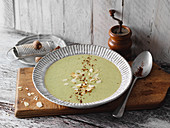 Broccoli soup with almonds (low carb)