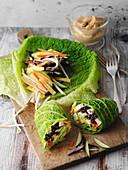 Wirsing-Gemüse-Rollen mit Erdnussdip (Low Carb)