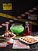 Halloween Buffet mit grünem Punsch und pikantem und süßem Gebäck