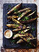 Gegrillte Aubergine mit Vinaigrette von schwarzen Bohnen