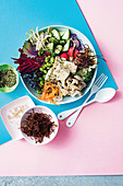 Poke Bowl mit Tofu und Pilzen