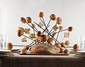Brot gespickt mit Brötchen und Herzen aus Brot