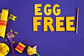 'Egg Free' auf blauem Untergrund (Eifreie Ernährung für Kinder)