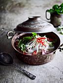 Schnelle Pho-Suppe mit Reisnudeln und Rindfleisch (Vietnam)