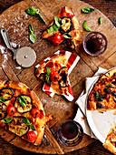 Pizza mit Auberginen und Kirschtomaten
