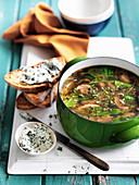 Pilzsuppe mit Spinat und Röstbrot mit Ziegenkäse
