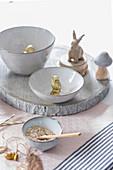 Herbstliche Tischdekoration mit Eule, Hasen und Eicheln