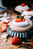 Weihnachtliches Baisergebäck mit Schlagsahne und Erdbeeren