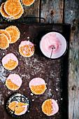 Waffelplätzchen mit rosa Glasur und kleinen weissen Herzen