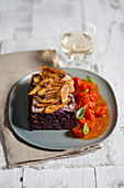 Vegetarischer Hackbraten mit violetten Karotten, mit gelben Möhrenchips und Kirschtomatensauce