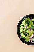 Trauben-Gurken-Salat mit roten Zwiebeln