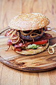 Gegrillter American Range Burger mit Guacamole und BBQ-Sauce