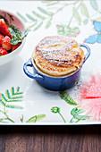 Topfensoufflé vom Grill mit Erdbeeren und Macadamia-Nüssen