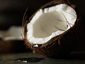 Angebrochene Kokosnuss mit Tropfen
