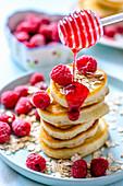 Gestapelte Pancakes mit Himbeeren und Himbeersauce
