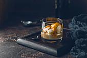 Eiskaffee mit Karamell-Topping und Irish Cream