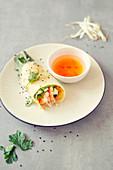 Gefüllter Kokospfannkuchen mit Garnelen und Salat im Reisblatt (Vietnam)