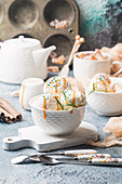 Selbstgemachtes Bio-Vanilleeis mit Karamellsauce