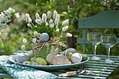 Osternest mit Traubenhyazinthe als Tischdekoration