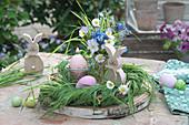 Kleines Oster-Arrangement auf Holzscheibe