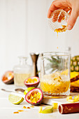 Maracujasaft in einen Cocktail-Krug gießen