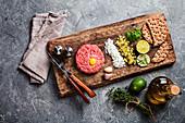 Beef Tatar mit Essiggurken und frischen Zwiebeln
