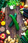 Frisch geerntetes Gemüse auf Holzuntergrund