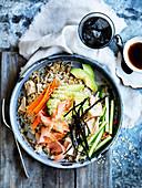 Thunfisch und Salat Sushi Bowl