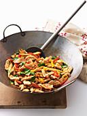 Hähnchenfleisch mit Pflaumen, Paprika und Cashewkernen aus dem Wok