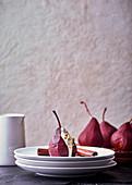 In Rooibostee und Rotwein pochierte Birnen mit Zitronengras