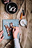 Schokoladen-Buchstabe mit Zuckerblüten verzieren (Typisch niederländische Süßigkeit zum Nikolaus)