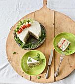 Cake Morgh (Persische Sandwich-Torte mit Hühnchenaufstrich)