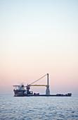 Self-propelled crane vessel