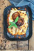 Lasagne mit Hackfleisch und in Sojasauce gebratenen Tomaten
