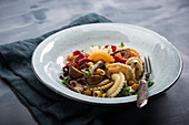 Vegan lukewarm pasta salad with peppers, mushrooms and roasted chickpeas
