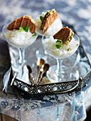 Mint-Julep-Eis mit Waffeln und Pistazien