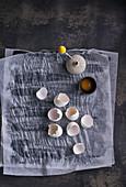 Eierschalen, Eigelb und Vase auf Papier